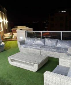 מערכת ישיבה לגינה שולחן כסאות וספה בגווני אפור וערסל נדנדה