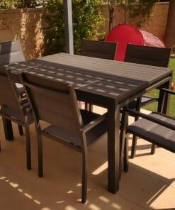 פינת אוכל לגינה שולחן עם כסאות בצבע שחור