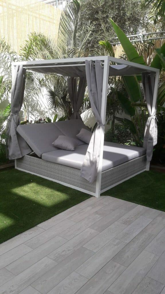 מיטת שיזוף לגינה