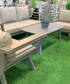פינת ישיבה לגינה שולחן וכסאות בצבע לבן עם כריות