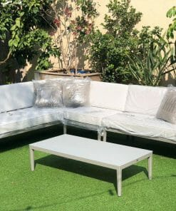 פינת ישיבה לגינה שולחן וספה בגוון אפור בהיר עם כריות